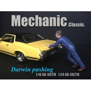 AD-38278 1:24 Mechanic Classic - Darwin Pushing