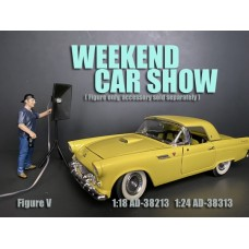 AD-38213 1:18 Weekend Car Show Figure V